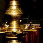 On allume la lampe à huile pour marquer le début des célébrations.