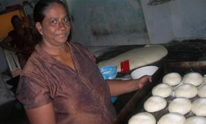 Une femme s'engage dans une entreprise de boulangerie - Ambalantota, Sri Lanka (Seacology)