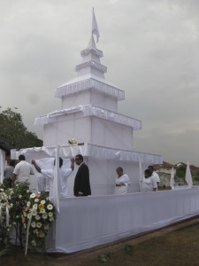 Un bûcher en forme de stupa